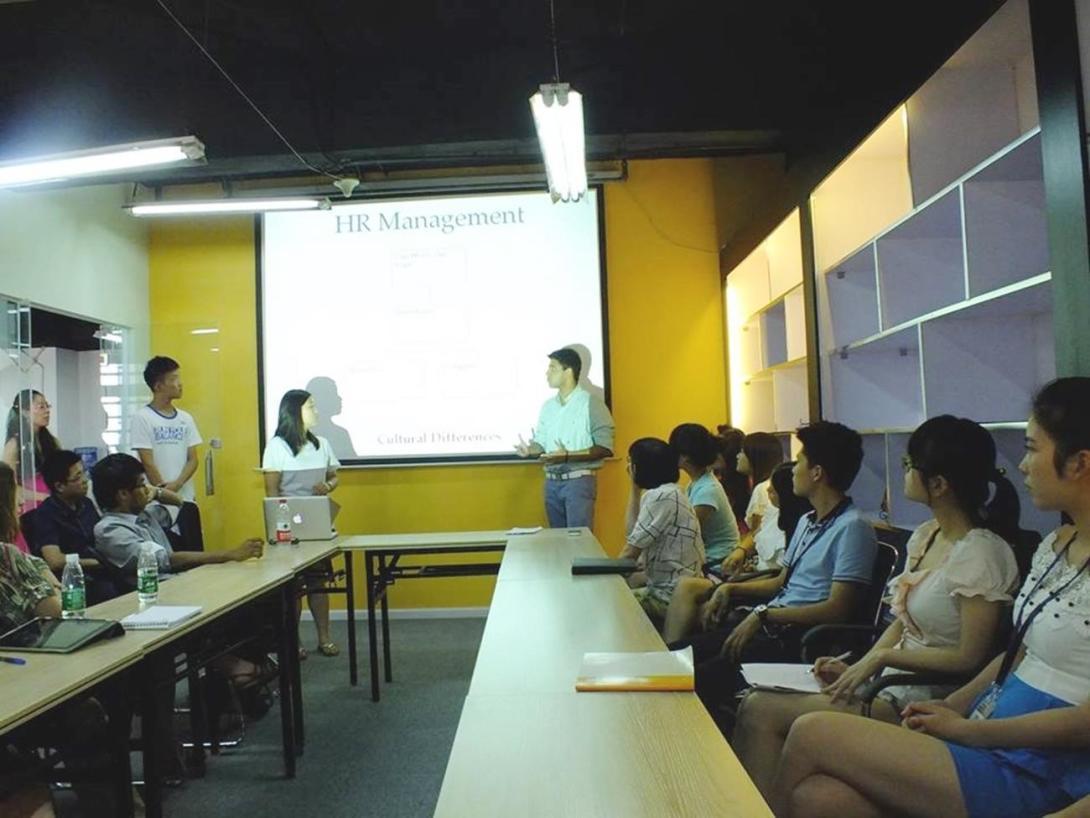 人事マネジメントワークショップに出席する中国のビジネスインターンたち